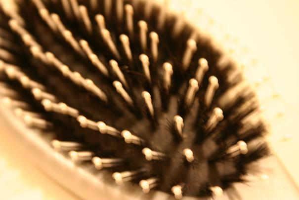 Comment nettoyer facilement un peigne ou une brosse à cheveux ?