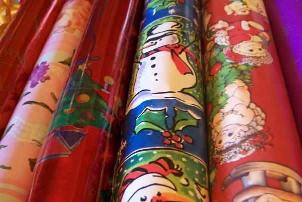 Les papiers cadeaux rouge ou prune demeurent les préférés des français